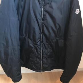 Moncler jakke:Str. 7 - fitter XL Cond. 9/10  2000,-  Jakke Farve: Sort