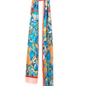sidste chance for køb, da varen returneres i morgen :) AW20 · Udsolgt • Rektangulært tørklæde i blødt satin med trykt mønster og let glans. Polyesteren i tørklædet er delvist genvundet · Mål: 220 x 18 cm · Sammensætning: Polyester 100% ·  Prisen er fast · Ingen bytte · Kun onlinehandel · Køb denne & vælg en gratis gave blandt annoncer til 25,- 🙂
