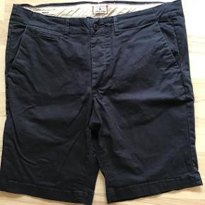 Marineblå shorts med skjulte baglommer. Fejler intet