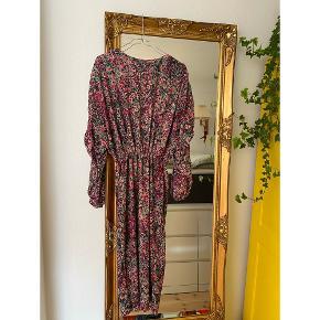 Elsker denne smukke smukke kjole fra ZARA. Str s. Fantastiske detaljer. Den har påfugle mønster samt lidt glimmer i stoffet. Perfekt kjole til efterårsdagene. Den kan være lang eller kort. Den kan reguleres pænt (et lille tip). #trendsalesfund