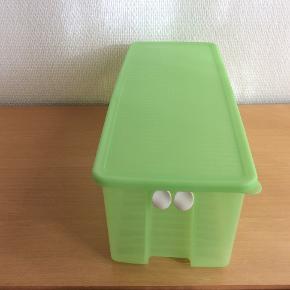 FridgeSmart  4,6 L  En rigtig god beholder til frugt og grønt, den har to ventiler som kan åbnes enten helt eller delvist alt efter hvilken type indhold det er. Indholdet vil holde sig friskt meget længere.