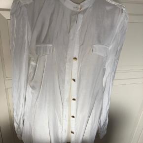 Fin skjorte fra Vila, som bare hænger i skabet. Nypris kr. 300. Bud modtages. Sender gerne, køber betaler Porto.