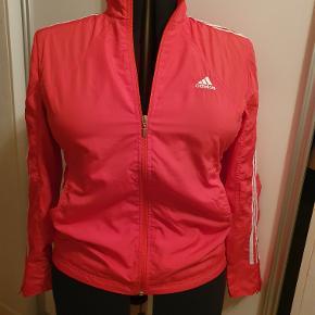 Adidas træningsjakke str. 44 Brystmål 112 cm Længde 67/69 cm Ikke brugt Pris 150,- pp  P.S. jeg sender gerne bukserne med uden beregning - jeg syntes ikke at de par den bedste pasform, så derfor angives det ikke som sæt