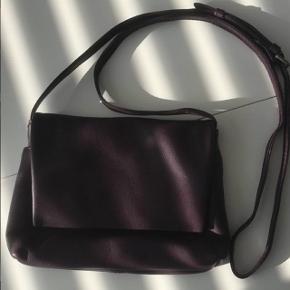 Markberg taske i blommefarve ny pris 799. Sælges for 250. Brugt få gange.  Tager gerne imod bud :)  Mål: 22x16 cm