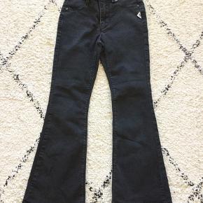 Fede, sorte, lettere cropped (måske 7/8) trompet-jeans fra Cost:bart str. 10-11 år. Standen er som ny: ingen huller, pletter eller slid.  Nypris 400,-  Sender gerne