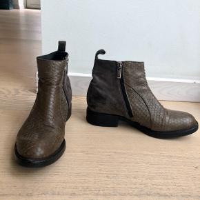 A pair faux snake/suede støvler. Brugt, men i fin stand. Passer også lille 39 eller 38  Original æske følger ikke med