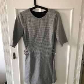Super fin, ternet buksedragt fra Zara. Giver illusionen af en kjole.  Byd gerne