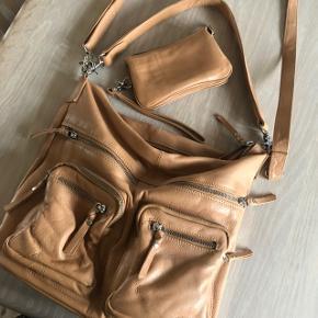 Fin lækker lædertaske med pung til.😊 sælges samlet som et sæt.  Nypris: 1995 for sættet!  Sættet sælges samlet for 449 inkl Porto 😊🌸
