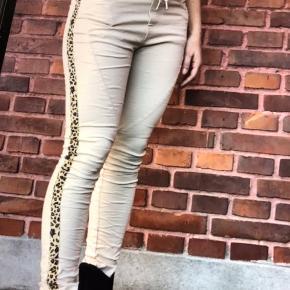 Flotte bukser de er nye med tags  Og aldrig brugt kun prøvet de er så Flotte jeg har skrevet farven beriges Men ved ikke om det er det den hedder de er skønne her i efteråret😎😎😎
