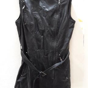 Fake læder vest, med lækre lommer og nitter detaljer.