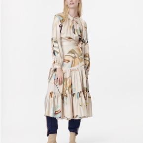 HOOLIGAN DRESS 2.499 DKK  Bindekjole i let viskose silke med rund hals og lange ærmer med vidde. .   . Stylen måler 93,5 cm rundt om brystet, 123,5 cm i længden og 83,5 cm i armlængden. Slå om   68% viscose, 32% silk