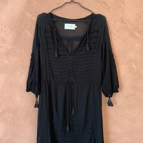 ✨ Smuk sort kjole med fine detaljer fra Munthe. Jeg ved ikke, hvad kjolen er lavet af, da jeg har klippet dens label af, fordi den er gennemsigtig og mærket kunne ses.  Fremstår i fin stand.