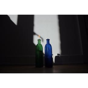 #SundaySellout -Olie-lys i vase  - Farve: dyb flaske grøn og mørkeblå - Firkantet    Anvendelse: - Tilføj olie i flaskerne  - Sørg for at væden når olien  - Sørg for at væden stikker et stykke op af åbningen  - Tænd væden med et par tændstikker   Styling: - Passer godt til pynt på sorte reoler.