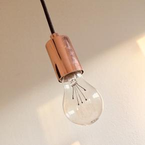 Kobber lampe med glødepære. Sort stofledning (ca 2 meter) kobberroset på loftet. #blackfriday