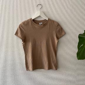 Tætsidende bomulds T-shirt i flot taupe ✨   NB: Prisen er fast & eksl. fragten.  Tager derfor ikke i mod bud.
