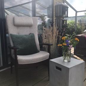 Rigtig fin Farstrup stol i lyst kvalitets stof og med høj ryg. Stolen har armlæn og vippefunktion i ryggen.  ✨ Nypris 7500 kr, pris nu 2699 kr  - Den er brugt meget lidt, mest benyttet som design genstand til huset. Den har ingen mærker eller skader