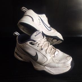 Nike air monarch str 42.5, sælges..    Brugte, men stadig med massere af liv i..    Se billederne, og vurder selv..     SE ALLE MINE ANDRE ANNONCER.. :D