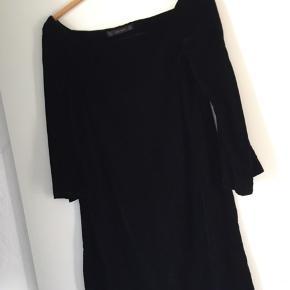 "Velour kjole fra Zara Kort model med løse ærmer Der er ""tape"" indvendigt ved skuldrene, så kjolen sidder flot  #30dayssellout"