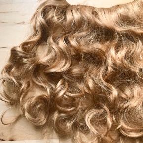 Sælger denne hair extension med klemmer. Den er ca. 16 cm i længden. Den har kun været brugt 1-2 gange, og fejler derfor ikke noget.   OBS: Den er mere lyse gylden/blond i virkeligheden, end man kan se på billederne.