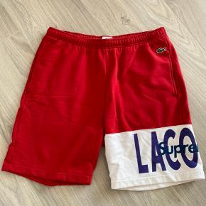 Supreme x lacoste shorts.   Kun brugt en gang, så fremstår som nye.   600kr fast pris.  Køber betaler fragt. Bytter ikke