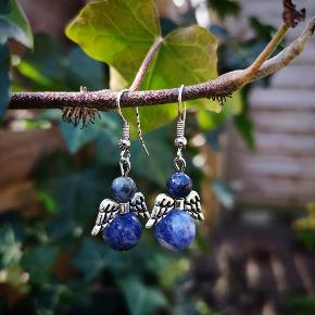 Engle øreringe med sodalit perler.
