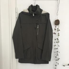 Grøn Peak Performance jakke - lækkert materiale i høj kvalitet. En klassisk let og robust hverdagsjakke med aftagelig hætte og lommer foran. Læg mærke til de fine detaljer. Regn- og vindafvisende. Rigtig god stand og fejler intet. Stadig til salg.  100% polyamid.  Str. S  Længde: 72cm Nypris: 1600kr.  Kvittering haves