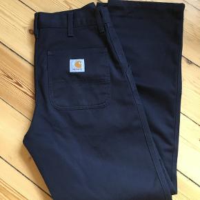 Flotte mørkeblå bukser fra Carhartt. Størrelse 28-32.