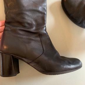wonders støvler i rigtig fin stand. Ikke brugt særlig meget da de er lidt for små til mig. Der står str 39 på dem men de passer en 38.
