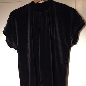 Sort velur t-shirt fra CrétoN.  Sælges da den ikke er blevet brugt og heller ikke bliver brugt. Skriv for mere info og flere billeder.
