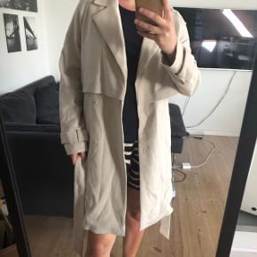 Sælger denne beige frakke, da jeg ikke har fået den brugt særlig meget.  Køber betaler fragt ❤️