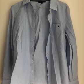Klassisk Tommy Hilfiger skjorte i blå og hvid stribet. Aldrig brugt, kun prøvet på.