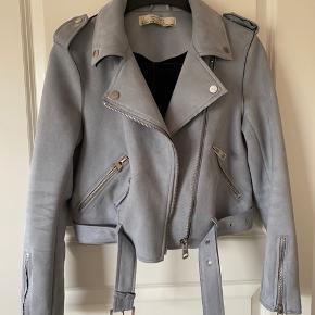 Sælger min elskede jakke fra Zara da jeg desværre ikke kan passe den mere. Den er brugt, men har passet godt på den. Den har dog et enkelt brugsspor under den ene frontlappe (eller hvad man kalder det), som kan ses på billederne. Dog ser man det kun hvis jakken er lynet helt op.   Skriv gerne for mere info😉🌸