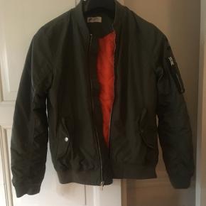 Army grøn bomber jakke fra H&M. Brugt få gange, fremstår som ny.  Str 158, 12-13 år.   Sendes gerne for købers regning 😊