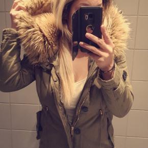 Rigtig fin vinterjakke, med stor og dejlig varm hætte. Er ikke brugt særlig meget, men skal have en ny lynlås i, sælges derfor billigt.