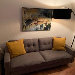 3 personers sofa i lysegrå der giver stuen eller værelset et stilrent udtryk. Betrækket er slidstærkt og let at holde. Meget velholdt. Købt i Room8 i Odense. Nypris 5500 kr.