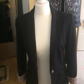 3 sorte blazer jakker  Pr str : kr 100.. Med lyserøde silke stof indeni... Sender med dao kr 40