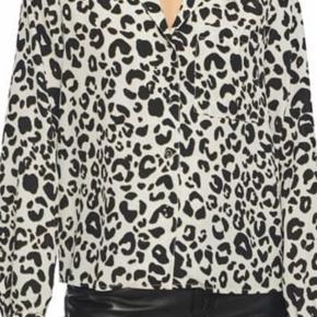 """Populær og flot silkeskjorte fra Anine Bing i 100% silke. Modellen hedder """"Lilah shirt"""" og er købt på Anine Bing's hjemmeside.   Skjorten er brugt 2-3 gange.   Kom med et bud, jeg bytter ikke.   Mvh Julie"""