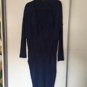 aaeb8bd6039 Varetype: Midi Farve: Blå Klassisk kjole fra Malene Birger. Sidder tæt i  underdelen