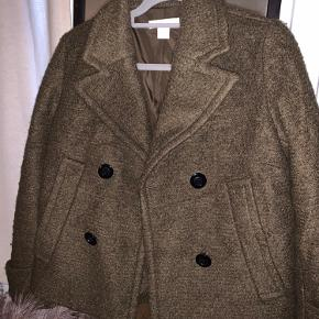 Sælger denne fede jakke fra H&M i brun/grøn. Den er brugt, men fejler intet!  Det er en blanding af polyester og uld