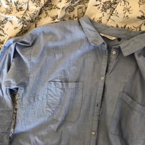 Klassisk blå sommerlig skjorte God stand