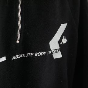 der er intet galt med trøjen og den er pisse lækker og blød fitter en normal medium. Der kan godt snakkes om prisen