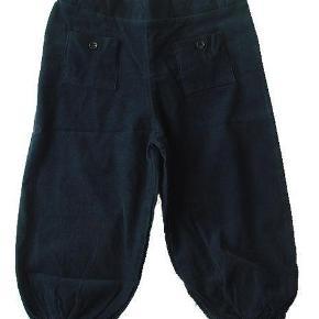 Varetype: BukserStørrelse: 6år Farve: Blå Oprindelig købspris: 399 kr.  Gode bukser fra Gro. De er ikke brugt, men vasket én gang.