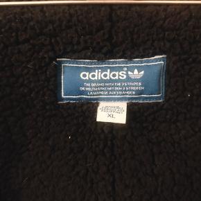 Fed Adidas Chile 62 jakke i XL. Aldrig brugt. Er dejlig varm med for indeni 🌼