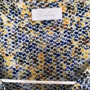 Super skøn skjorte fra Lala Berlin. I rigtig fin stand. Let materiale der er meget behageligt og falder flot. (Mærket med størrelsen er klippet af men mener det er en small, men kan også passe en lille medium).