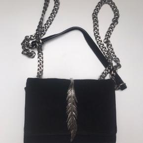 Sort taske med selvkæder og sølvfjer fra zara.