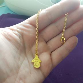 """Håndlavet kæde med engel, med teksten """"made for an angel"""" til pendul mm. Nikkelfri materiale. Farve: guld. Længde ca 15 cm. Kan sendes på købers regning. Sælges uden pendul, men jeg har også forskellige penduler til salg."""