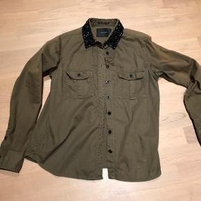 Fed Army skjorte med sorte pailletter på kraven..Desværre falmet på ærmer derfor den billige pris men stadig super fed😉