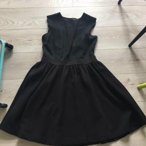 Smuk klassisk kjole , lille i str