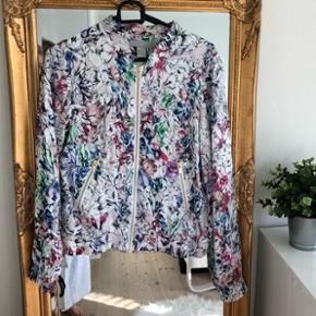Bomber jakke fra H&M i str. 36Skønt sommerligt blomster mønster og svag lyserød farve 🌞 Fremstår som ny