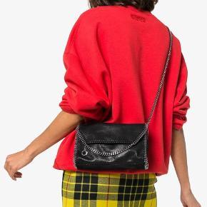Sælger denne taske fra Stella McCartney  Købt for 2 år siden, men aldrig brugt Har ingen dustbag men kan stå inde for at den er ægte